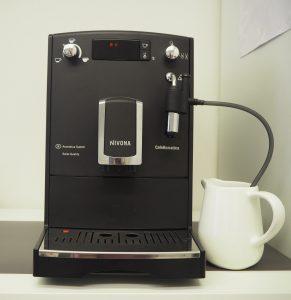 Fotografie přípravy mléčné pěny v kávovaru Nivona Nicr 520