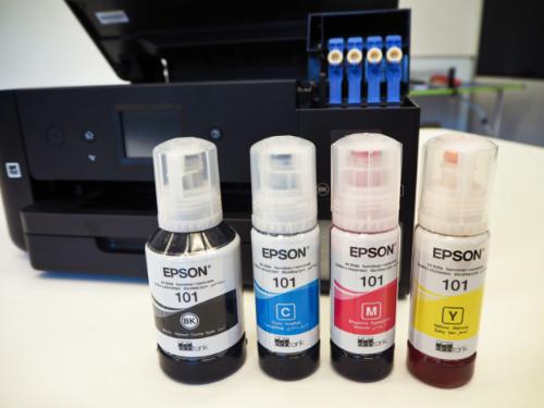 Čtyři lahvičky s barvami (černá, azurová, purpurová a žlutá), které se nalévají do nádržek.