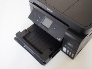 Přizpůsobitelné polohovací prvky tiskárny - zásobník listů a displej.
