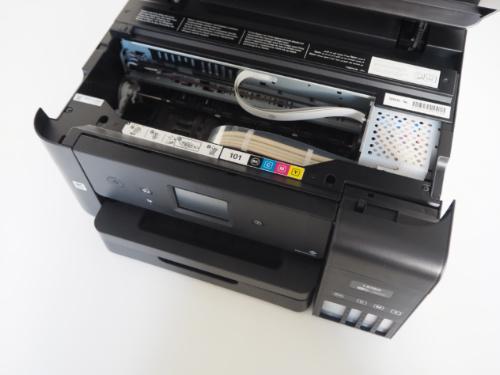 Útroby tiskárny Epson EcoTank L6190 s mechanickým ústrojím a trubičkami na barvu.