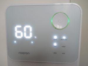 Ovládací prvky odvlhčovače Noaton DF 4114 s tlačítky pro nastavení vlhkosti, rychlosti větráku, režimů a dalších funkcí.