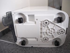 Pojezdová kolečka na spodní straně odvlhčovače Noaton DF 4123 HEPA zajistí pohodlné přesouvání přístroje.