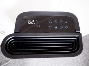 Na displeji odvlhčovače Noaton DF 4123 HEPA se zobrazuje aktuální vlhkost včetně aktuálního nastavení. Ovládání zajišťují dotyková tlačítka na panelu.