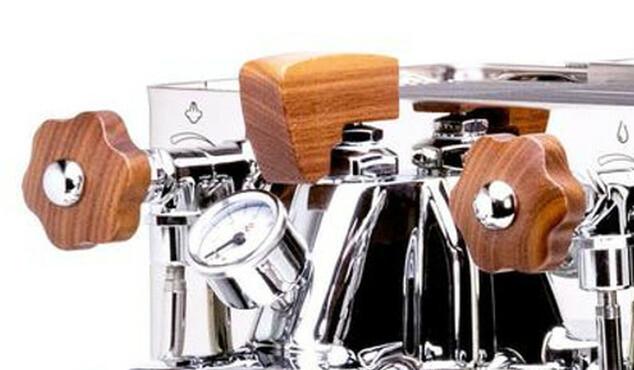Dřevěná páčka kávovaru Lelit Bianca, kterou lze ovládat tlak, je umístěna nahoře uprostřed