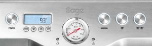 Ovládaní panel kávovaru Sage BES 920 zahrnuje displej i tlakoměr