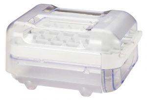 Manuální výrobník ledu vypadá jako malá krabička