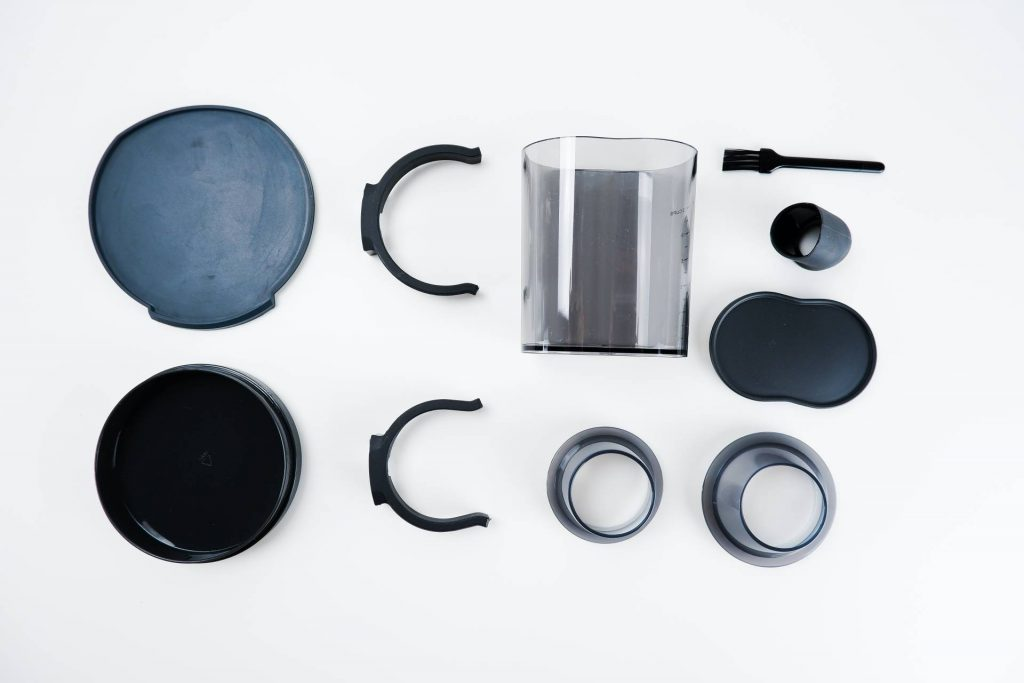 V příslušenství často najdete čisticí kartáček, držáky na páku, víčka na zásobníky a různé další drobné vychytávky zvyšující uživatelský komfort.